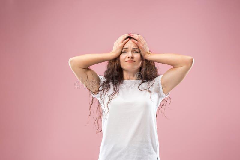 Mulher que tem a dor de cabeça Isolado sobre o fundo cor-de-rosa fotos de stock royalty free