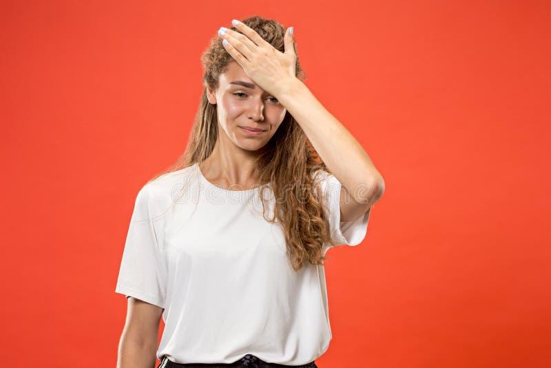 Mulher que tem a dor de cabeça Isolado sobre o fundo pastel imagens de stock