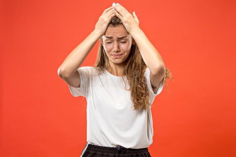 Mulher que tem a dor de cabeça Isolado sobre o fundo pastel foto de stock