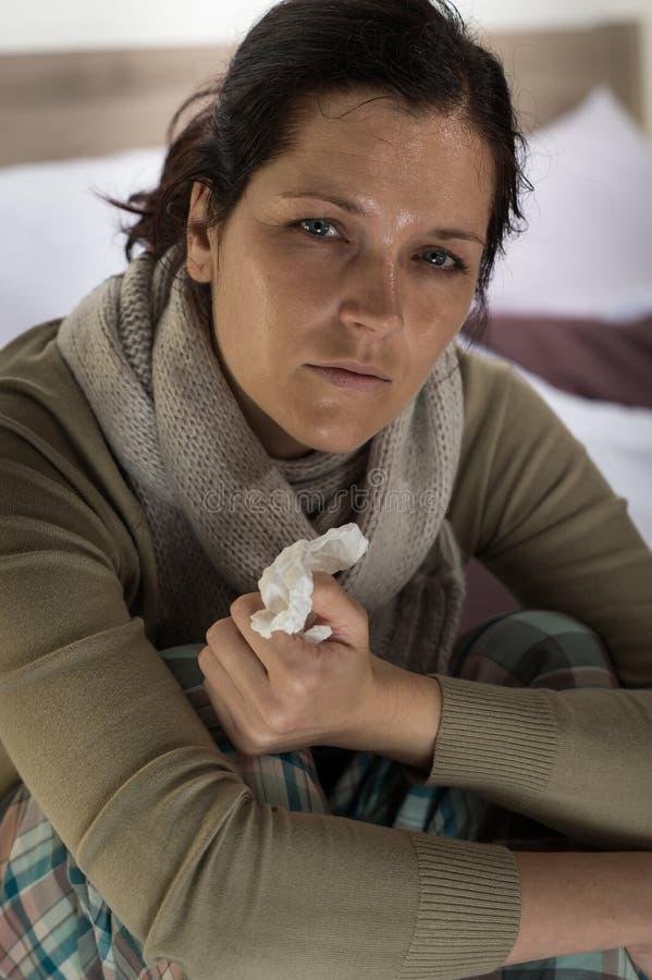 Mulher que tem a febre e a transpiração imagens de stock royalty free