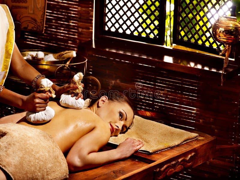 Mulher que tem a massagem com o malote do arroz. fotos de stock royalty free