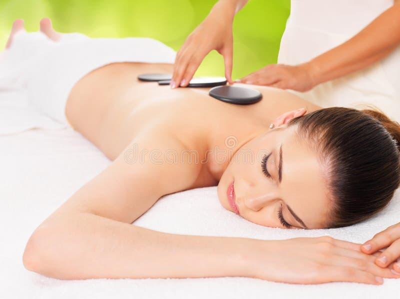 Mulher que tem a massagem de pedra quente no salão de beleza dos termas imagens de stock royalty free