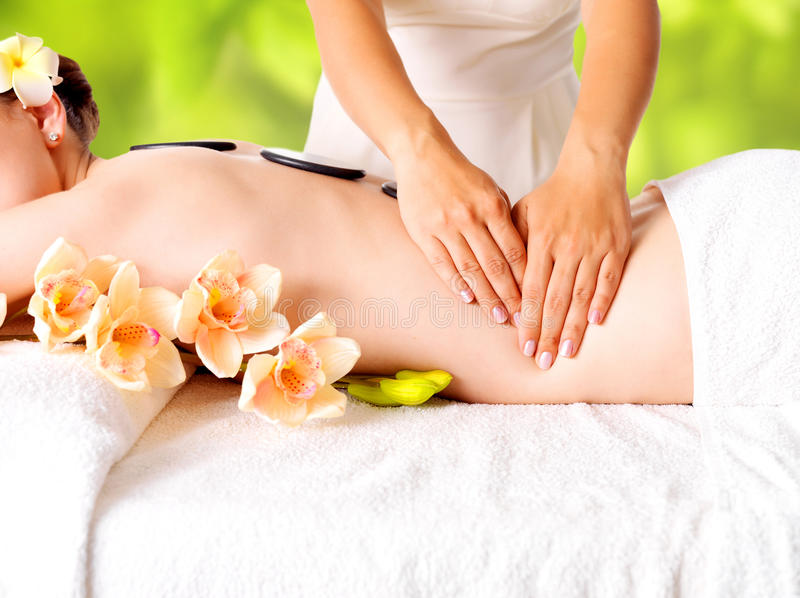 Mulher que tem a massagem do corpo em termas da natureza imagem de stock royalty free