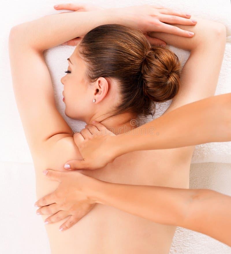 Mulher que tem a massagem do corpo no salão de beleza dos termas imagens de stock royalty free