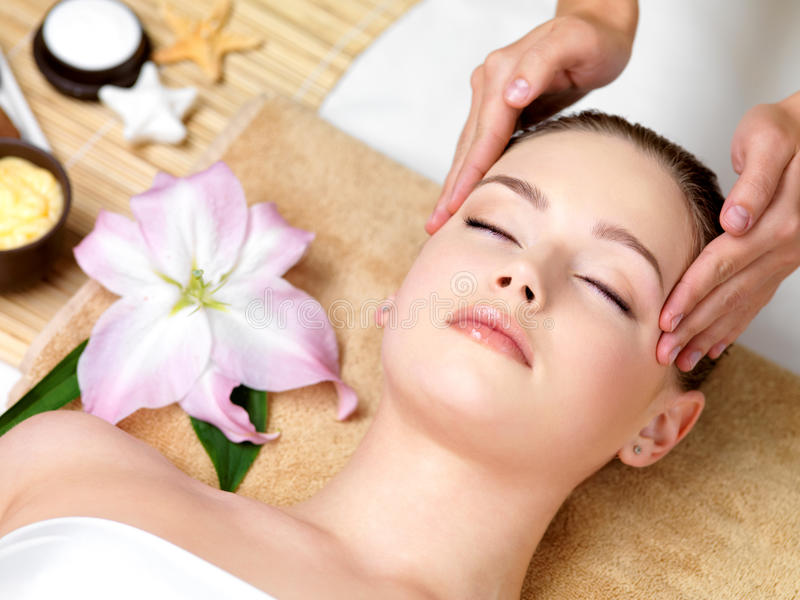 Mulher que tem a massagem dos termas da cabeça imagens de stock