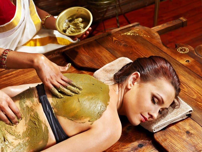 Mulher que tem a massagem dos termas do corpo de Ayurvedic. fotografia de stock royalty free