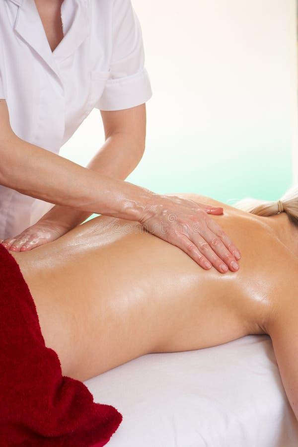 Mulher que tem a massagem traseira imagens de stock