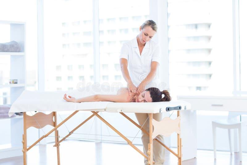 Mulher que tem a massagem traseira fotografia de stock