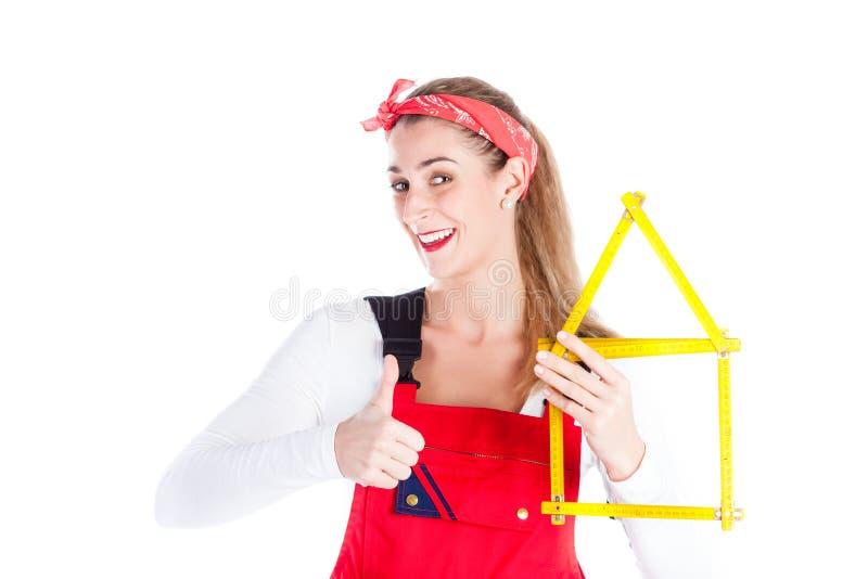 Mulher que tem a melhoria do divertimento em casa foto de stock