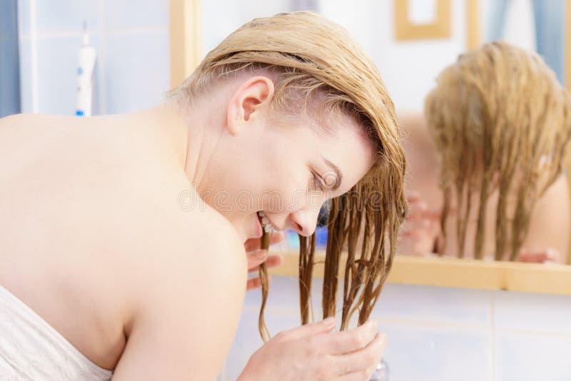 Mulher que tem o cabelo louro molhado imagens de stock royalty free