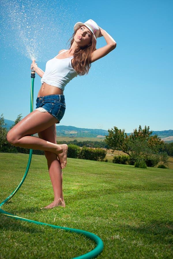 mulher que tem o divertimento no jardim do verão imagens de stock royalty free