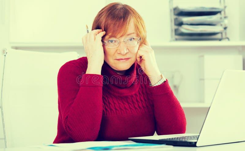 Mulher que tem o problema imagens de stock royalty free