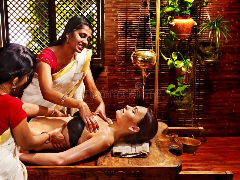 Mulher que tem o tratamento dos termas de Ayurvedic. imagem de stock