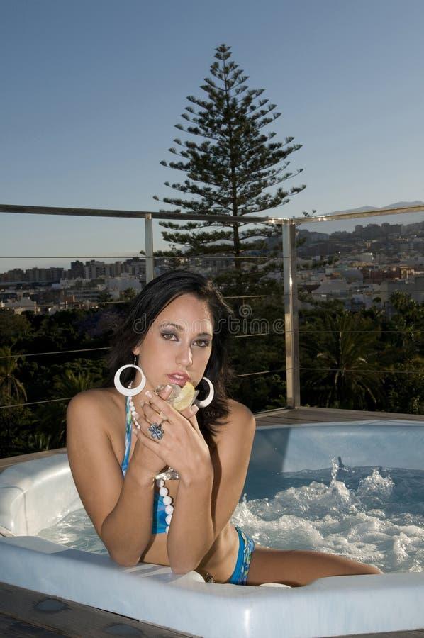 A mulher que tem relaxa no Jacuzzi aberto foto de stock