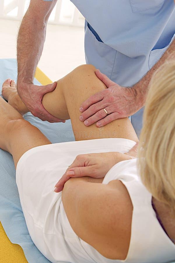 Mulher que tem a sessão da fisioterapia imagens de stock royalty free