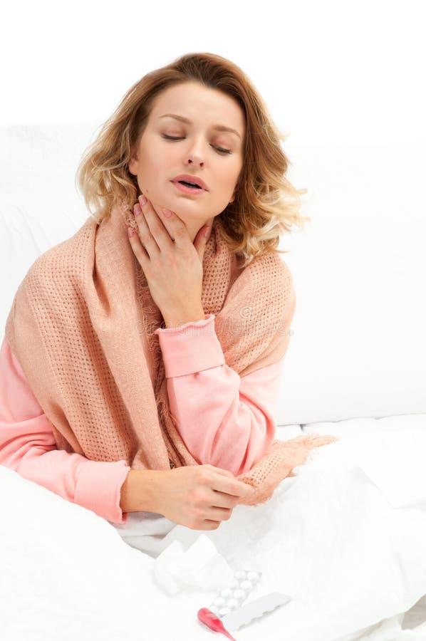 Mulher que tem um frio, gripe Garganta inflamada e tossir fotos de stock