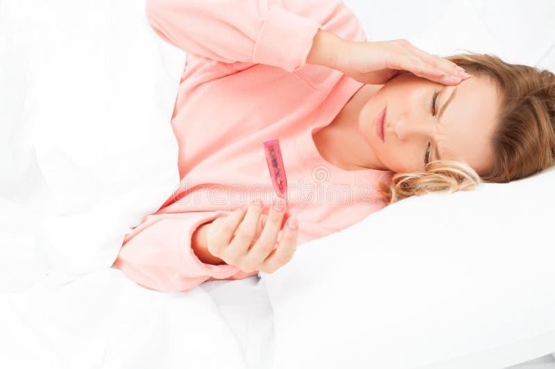 Mulher que tem um frio, gripe Garganta inflamada e tossir foto de stock royalty free