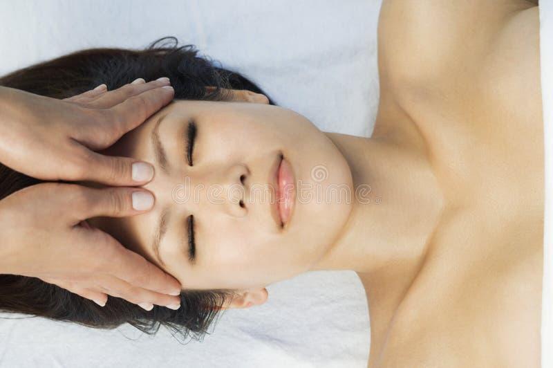 Mulher que tem uma massagem principal imagem de stock royalty free