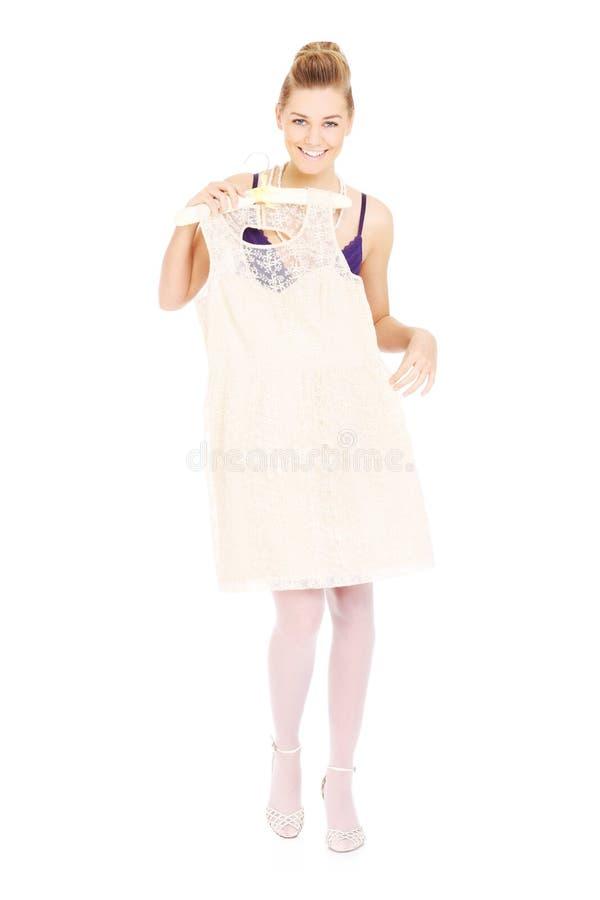 Mulher que tenta em um vestido foto de stock royalty free