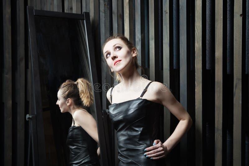 Mulher que tenta no vestido na frente do espelho foto de stock royalty free