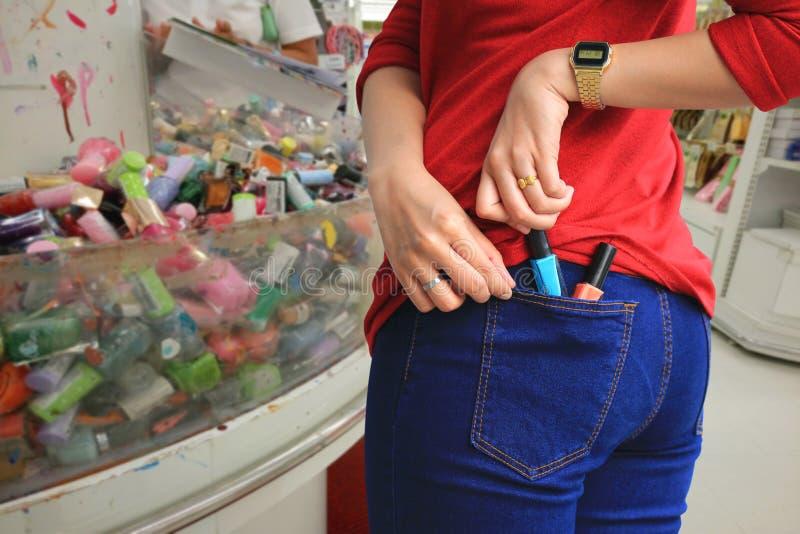 Mulher que tenta roubar artigos em um armaz?m, roubo patol?gico, cleptomania foto de stock