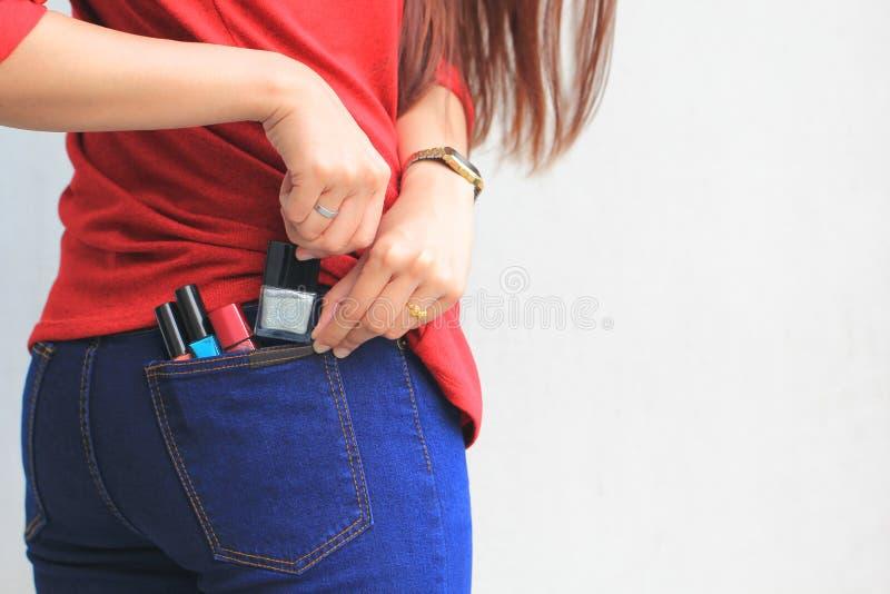 Mulher que tenta roubar artigos em um armaz?m, roubo patol?gico, cleptomania imagens de stock royalty free