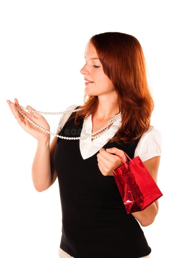 Mulher que tenta uma colar nova. Zumbido dentro disparou. foto de stock royalty free
