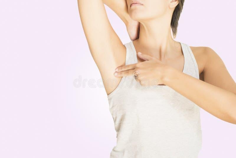 Mulher que testa seu peito para o cancro imagens de stock