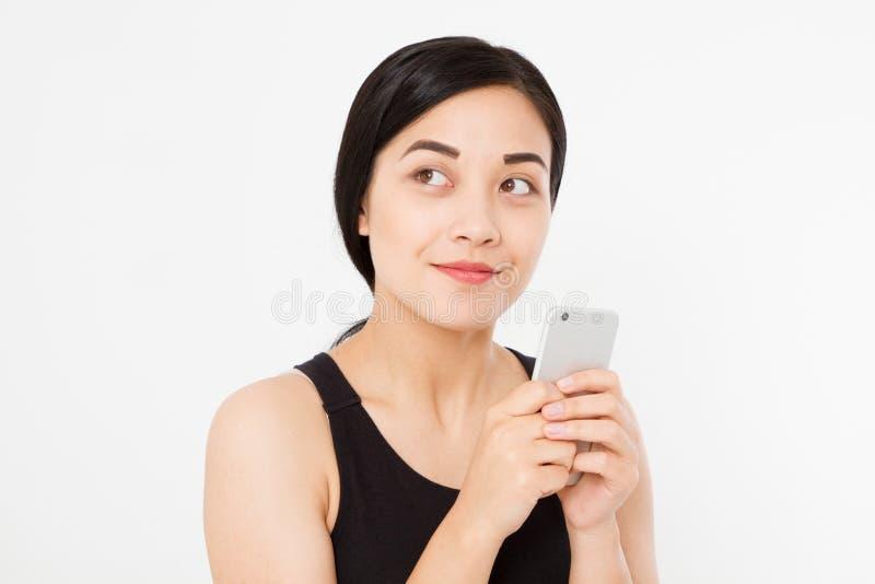 Mulher que texting Mulher japonesa asiática bonita feliz nova do close up Menina que olha o telefone celular móvel isolado no fun fotografia de stock royalty free