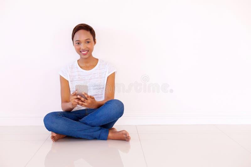Mulher que texting o telefone esperto fotografia de stock royalty free