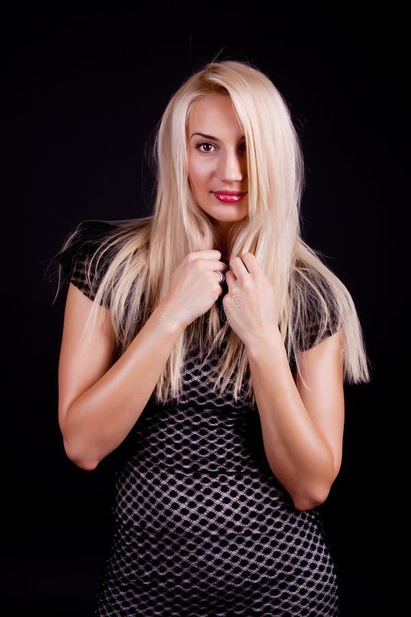 Mulher que toca em seu cabelo fotografia de stock royalty free