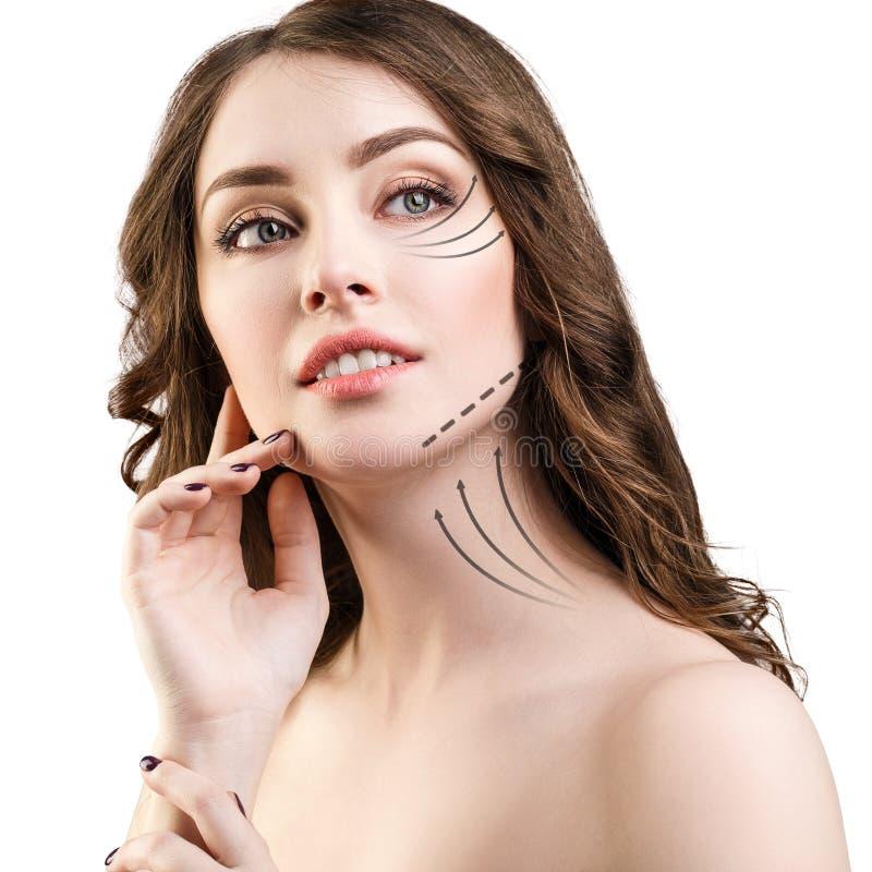 Mulher que toca em sua cara com setas de levantamento fotos de stock royalty free