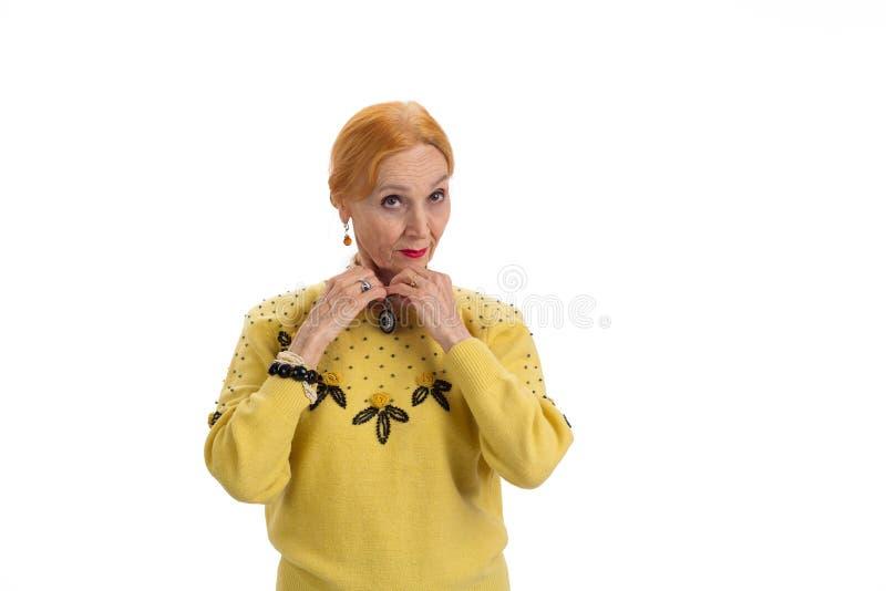 Mulher que toca em sua colar foto de stock royalty free