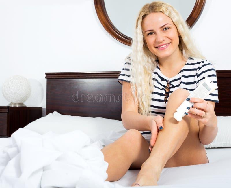Mulher que toma da pele do pé imagens de stock royalty free