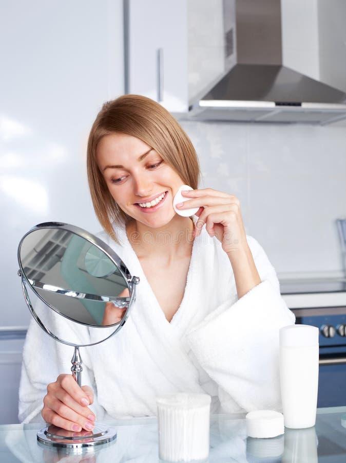 Download Mulher Que Toma De Sua Face Imagem de Stock - Imagem de blond, algodão: 16865733
