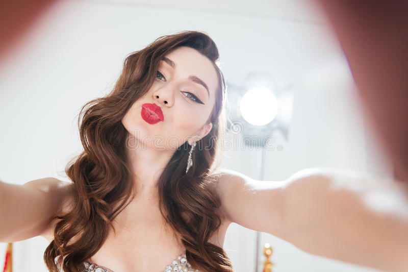 Mulher que toma a foto do selfie foto de stock royalty free