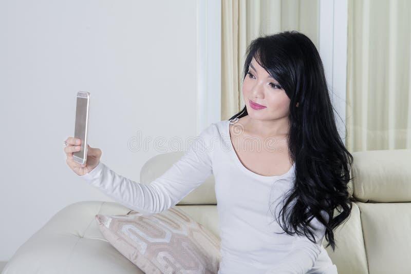 Download Mulher Que Toma A Foto Do Selfie Em Casa Imagem de Stock - Imagem de cellphone, foto: 80100727