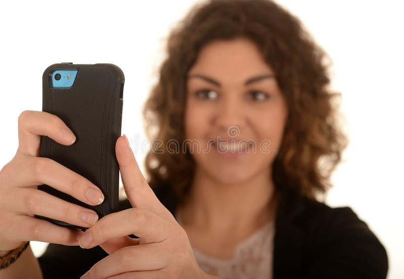 Mulher que toma a foto do telefone celular imagens de stock