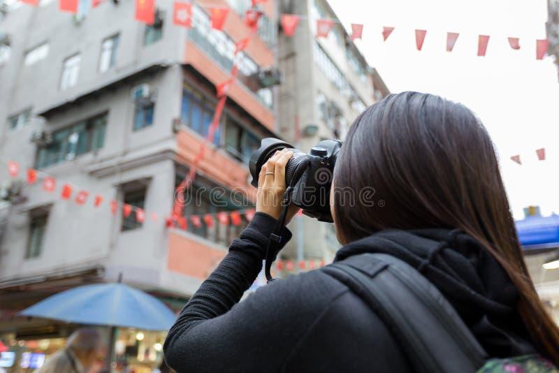 Mulher que toma a foto usando a câmera fotografia de stock royalty free