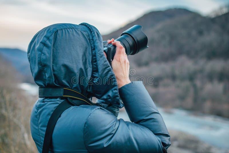 Mulher que toma fotos nas montanhas fotos de stock