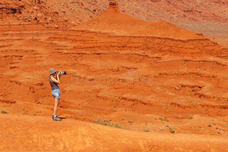 Mulher que toma a imagem no vale do monumento fotos de stock royalty free