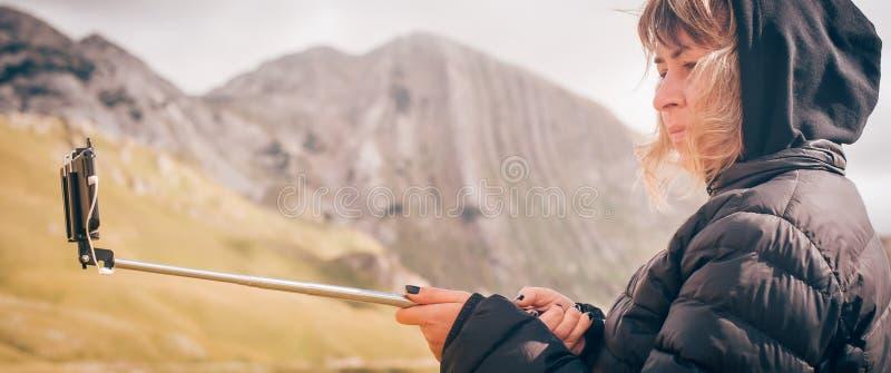 Mulher que toma a imagem panorâmico da paisagem da montanha Pho de Selfie foto de stock