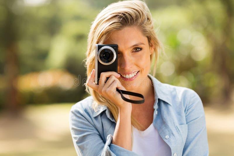 Mulher que toma imagens fora fotografia de stock royalty free