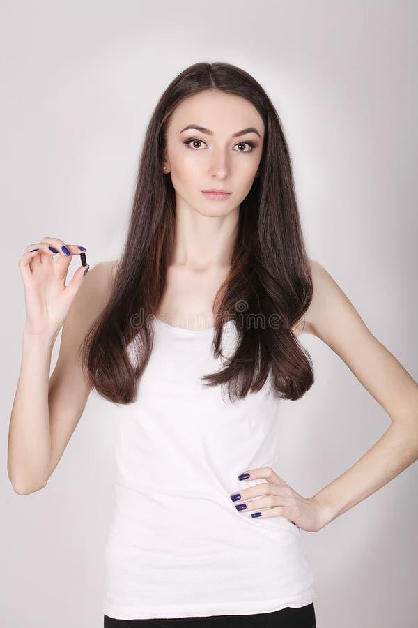 Mulher que toma a medicina Menina bonita com bloco do comprimido com comprimidos fotografia de stock royalty free