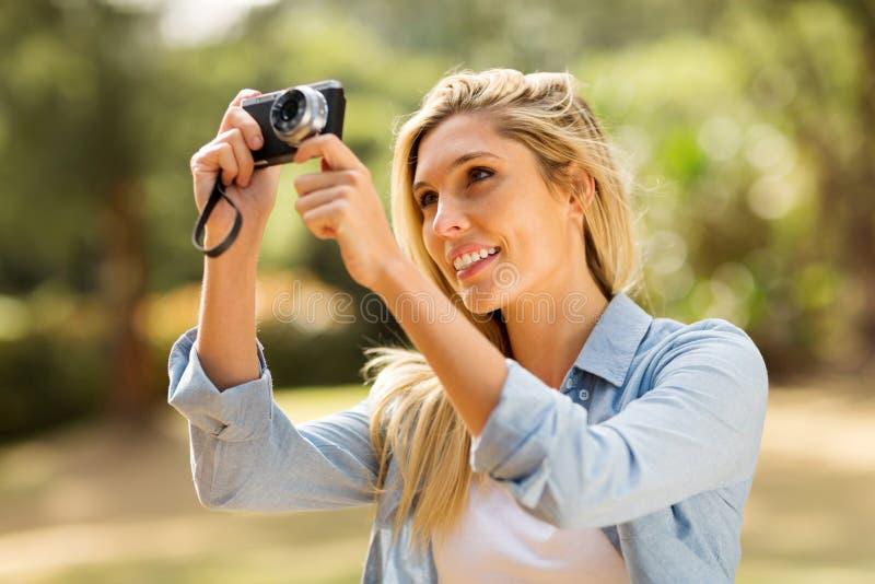 Mulher que toma o retrato fotos de stock royalty free