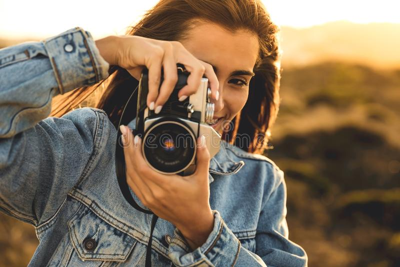 Mulher que toma o retrato ao ar livre imagens de stock