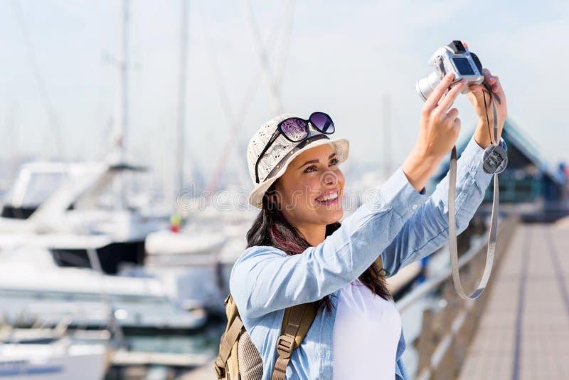 Mulher que toma o retrato de auto fotos de stock royalty free