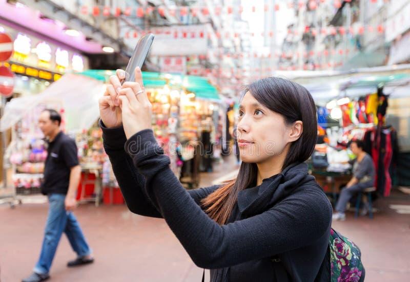 Mulher que toma o selfie em Hong Kong fotografia de stock royalty free