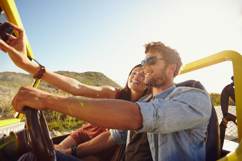 Mulher que toma o selfie na viagem por estrada com homem fotos de stock royalty free