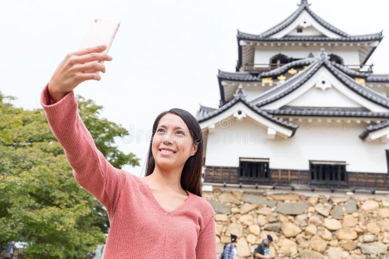 Mulher que toma o selfie no castelo de Hikone em Japão foto de stock royalty free